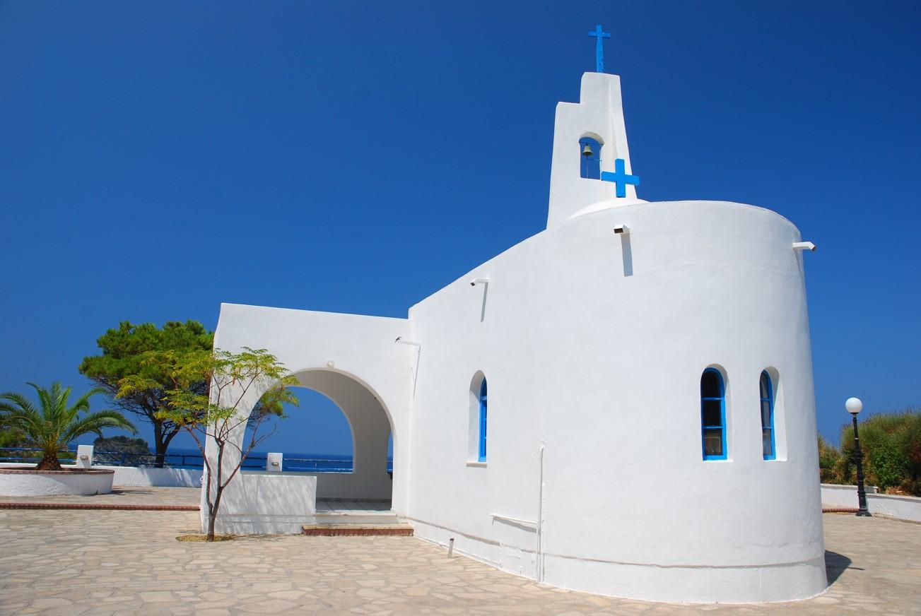 Bílý kostel na moře. ostrov Samos