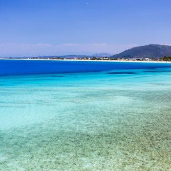 Tyrkysové vody z Ajos Ioannis Beach na ostrově Lefkada, Řecko